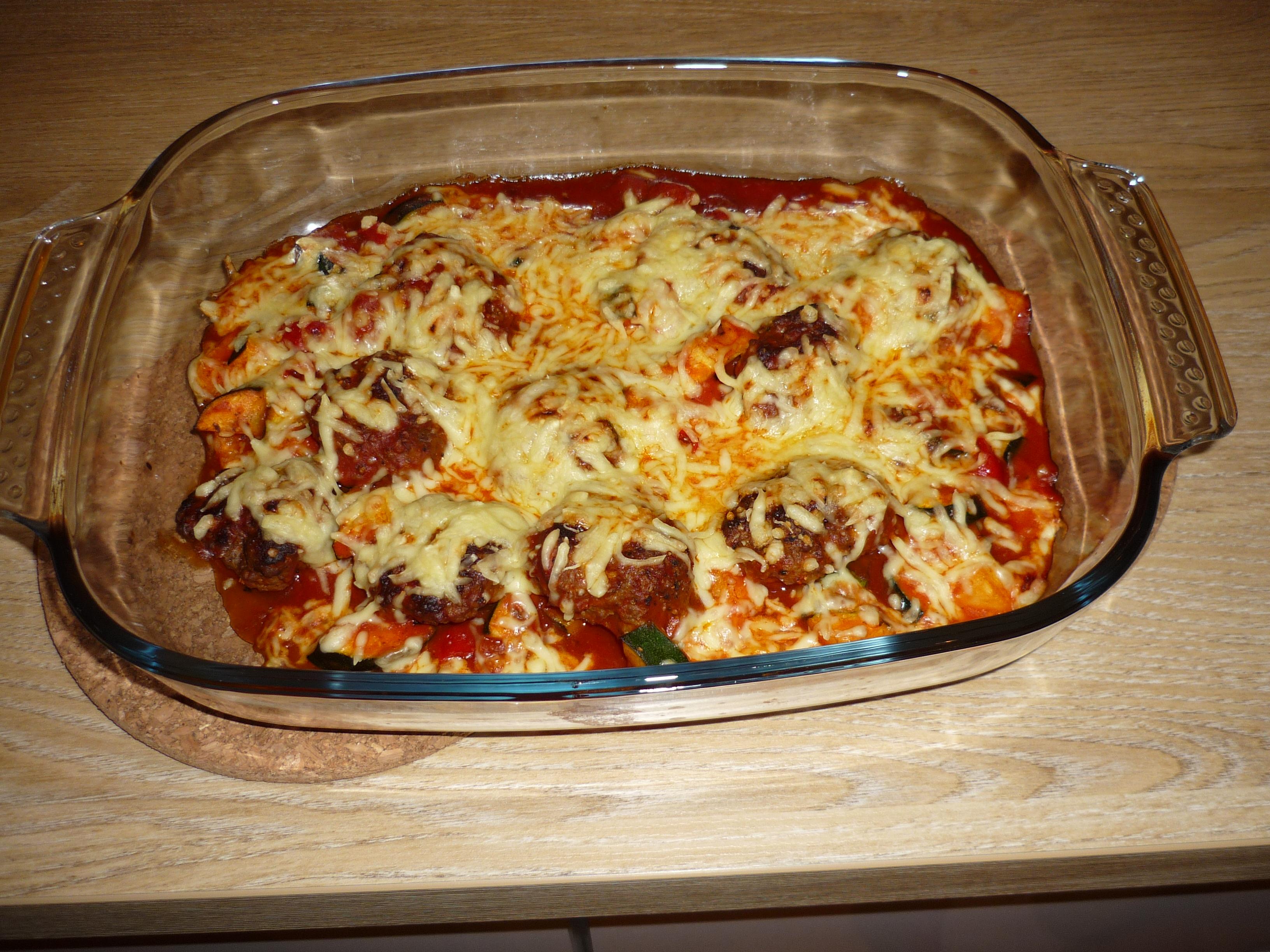 Hackbällchen in Tomaten-Auberginen-Zucchini-Soße mit Käse überbacken und dazu grüner Salat    (ca. 2 Portionen)